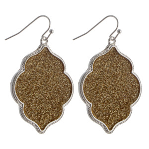 Long metal moroccan shape earring with center glitter details.