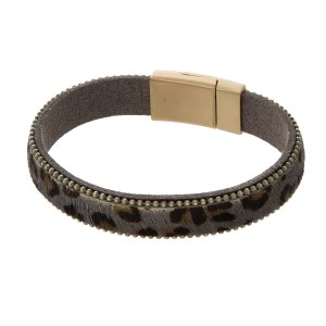 Faux leather bracelet with leopard pring, chain details and a magnetic closure.
