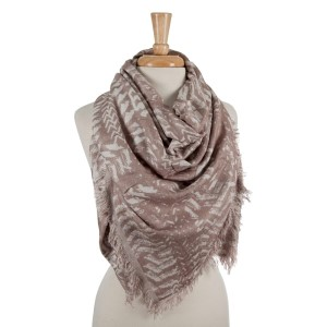 Beige and white patterned blanket scarf with frayed edges. 100% viscose.