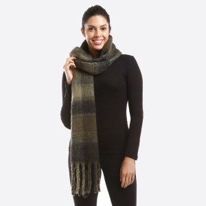 Oversized check scarf with fringe. 100% polyester.